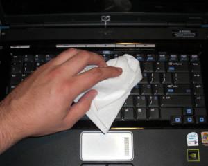 curatat tastatura laptop cu un servetel de hartie