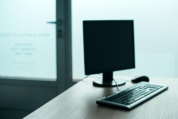 desktop-pc-computer-in-empty-office-p3yc276-jpg